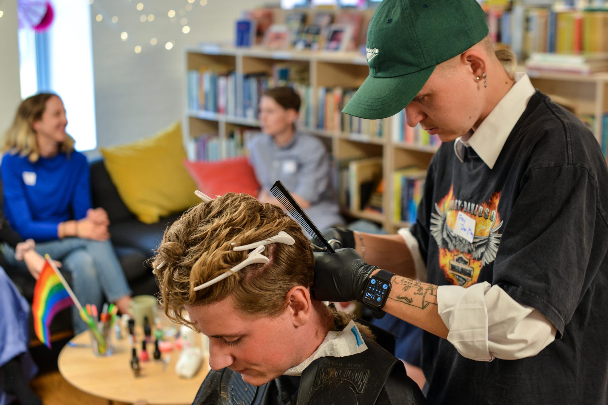 """Queer Cut klipper pridedeltagers hår til arrangementet """"Pride Prep"""""""