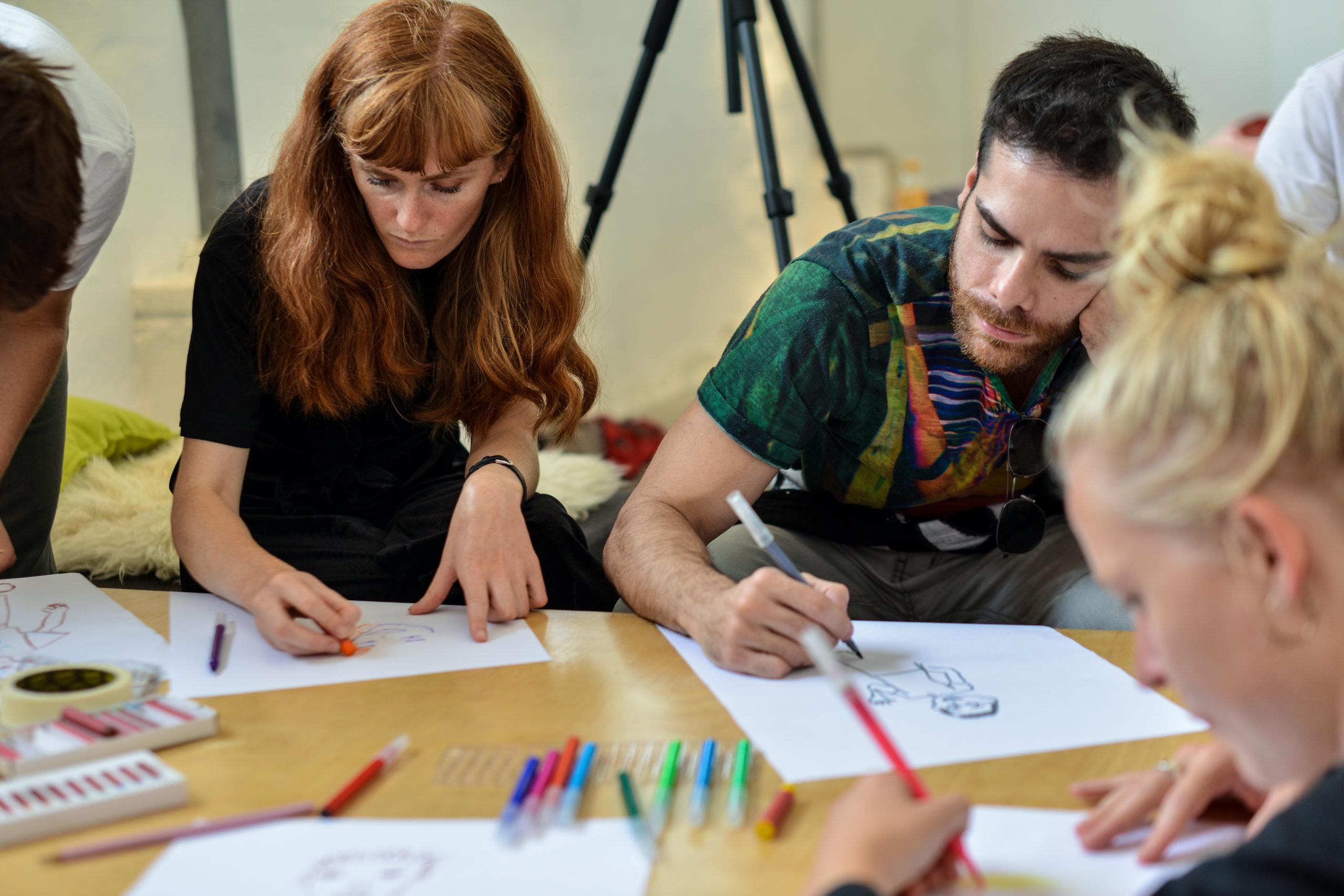 """Deltagende til """"Draw Your Selfportrait workshop"""" tegner sig selv"""