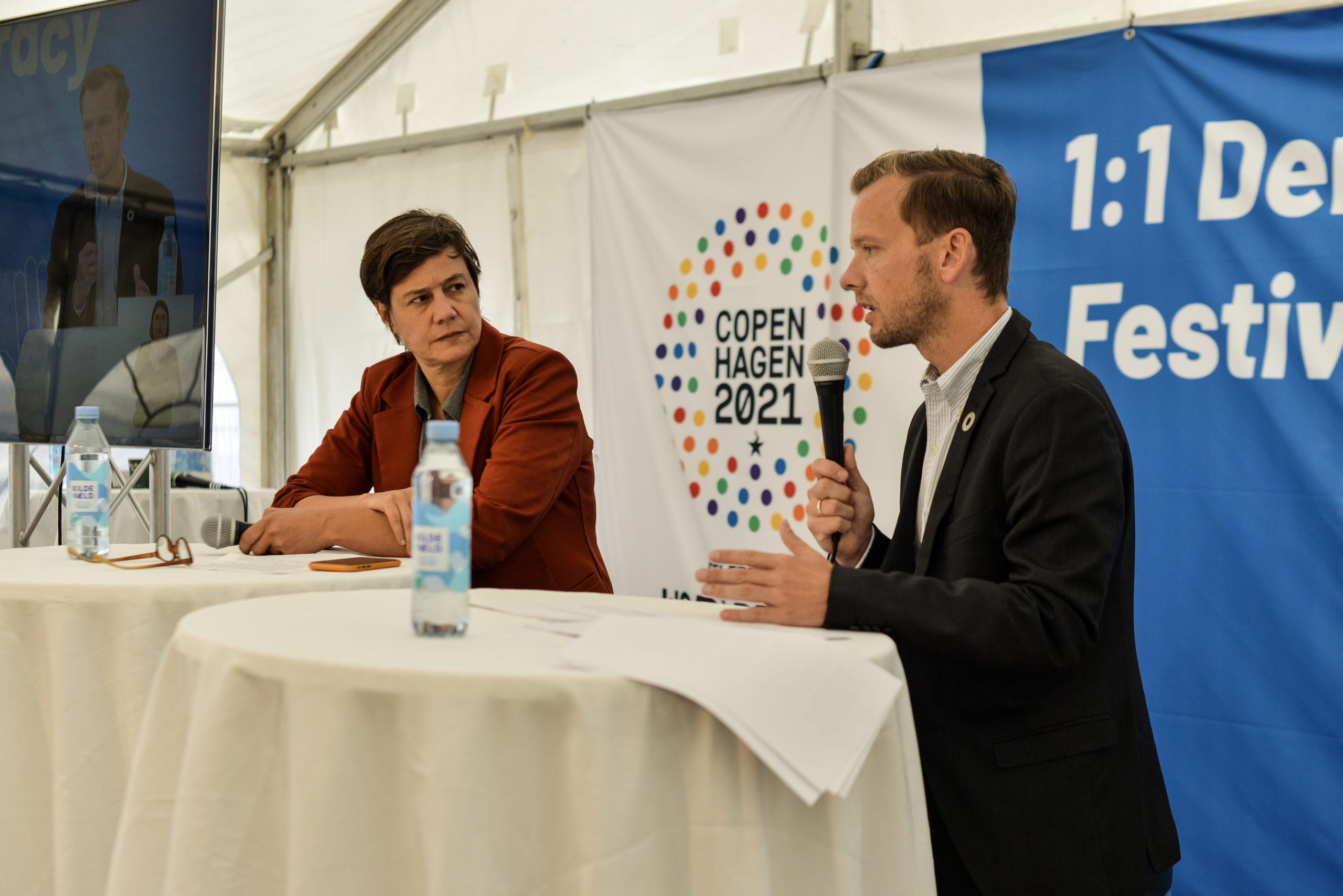 Sekretariatschef Susanne Branner Jespersen i samtale med Ligestillingsminister Peter Hummelgaard