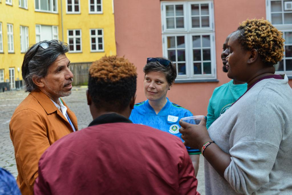 Victor Madrigal-Borloz i uformel samtale med aktivister