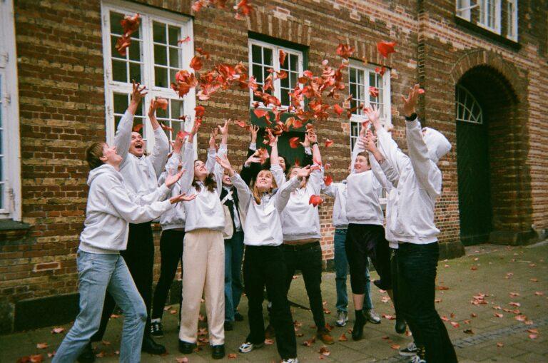 Glade AURA-frivillige kaster efterårsblade op i vejret